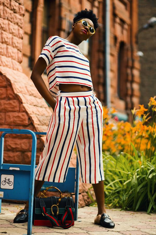 Camicia bianca e blu striscia e pantaloncini di Palazzo fotografia stock libera da diritti