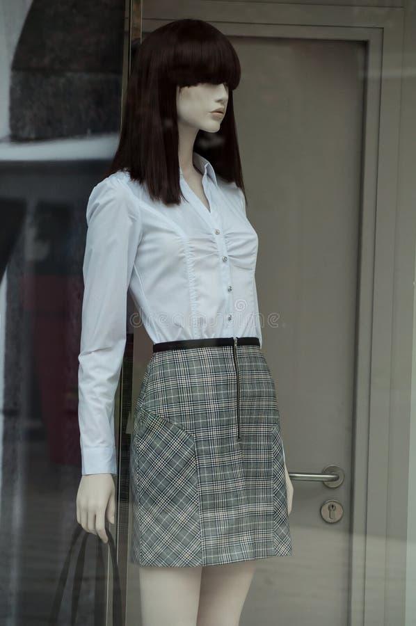 camicia bianca e gonna grigia su annequin in sto di modo fotografia stock