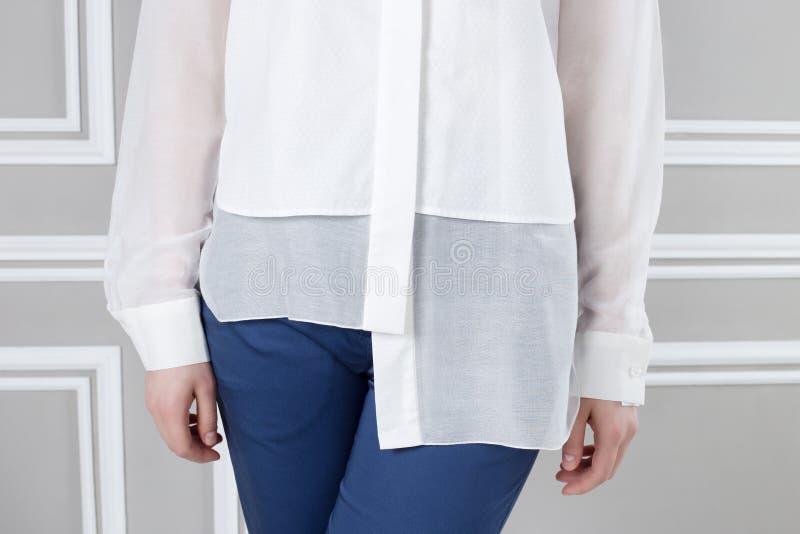 Camicia bianca e pantaloni blu immagine stock