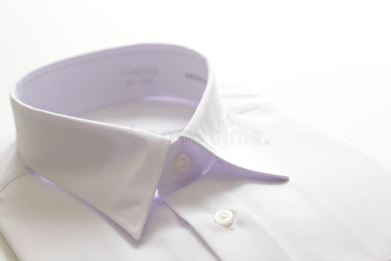 Camicia bianca su fondo bianco fotografia stock libera da diritti