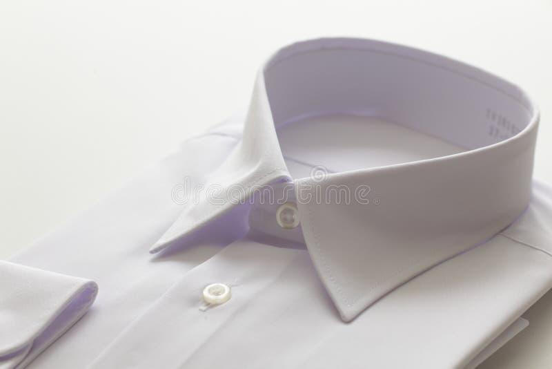 Camicia bianca su fondo bianco immagine stock