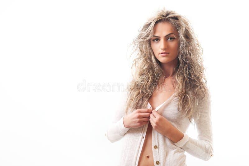 Camicia bionda attraente isolata di apertura della ragazza fotografia stock libera da diritti