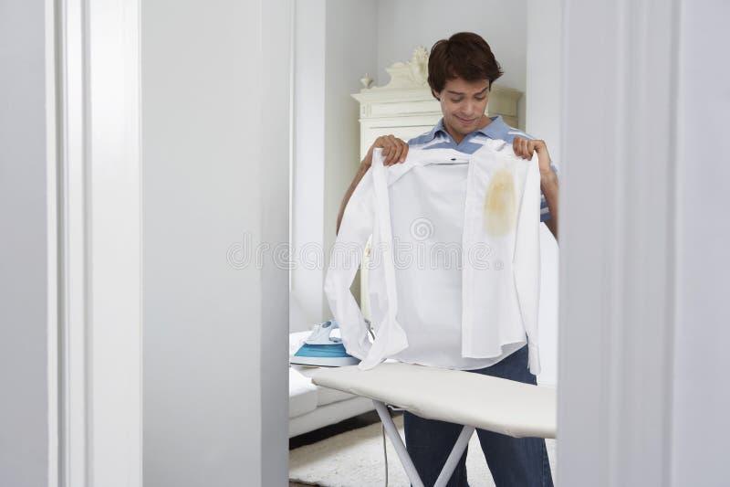 Camicia bruciata tenuta dell'uomo fotografia stock libera da diritti