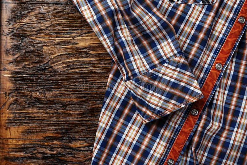 Camicia del ` s degli uomini in una gabbia immagine stock