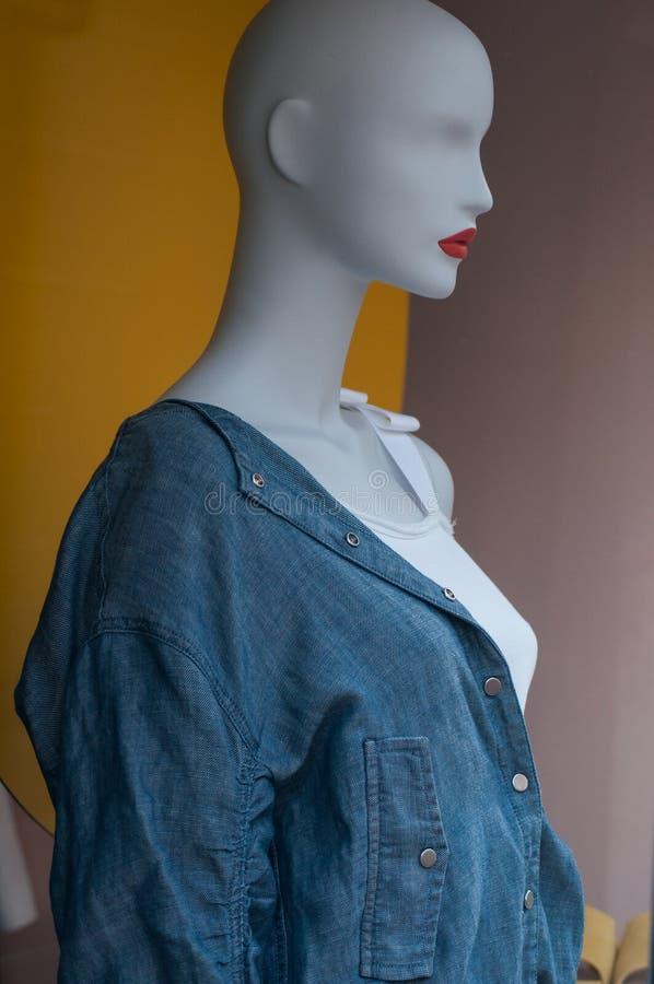 camicia delle blue jeans e cima sexy bianca sul manichino nella sala d'esposizione del deposito di modo delle donne fotografie stock