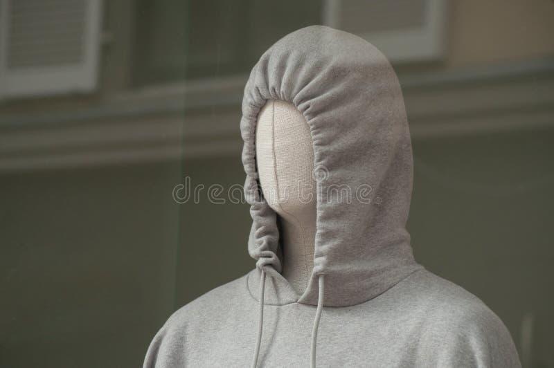 camicia dolce grigia con il cappuccio in showro del deposito di usura di sport fotografia stock