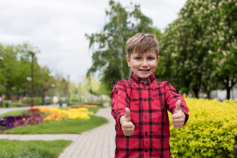 Camicia felice del ragazzino in rosso immagini stock libere da diritti