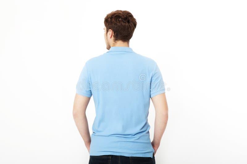 Camicia posteriore di vista Modello e maglietta in bianco Uomo in maglietta e jeans neri isolati su fondo bianco Copi lo spazio fotografia stock