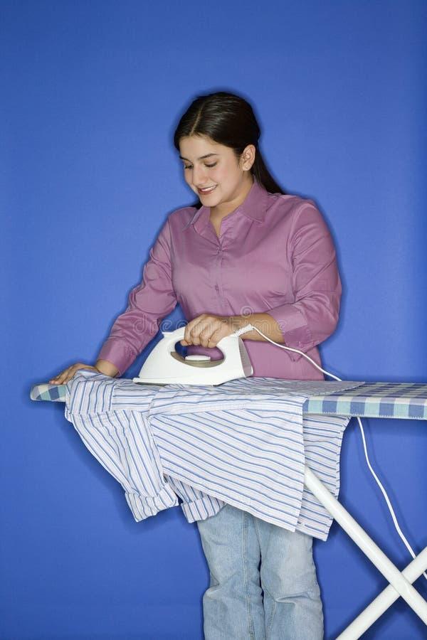 Camicia rivestente di ferro della ragazza teenager. fotografie stock