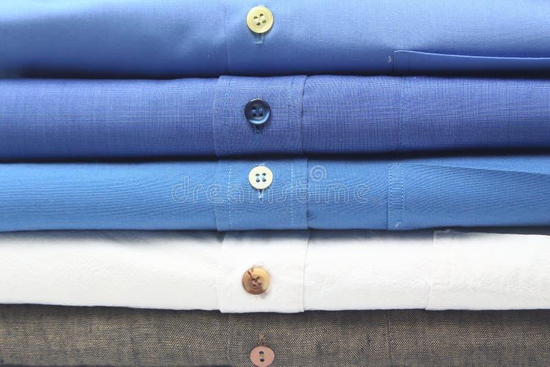 Camicia rivestita di ferro alle lavanderie a secco fotografie stock