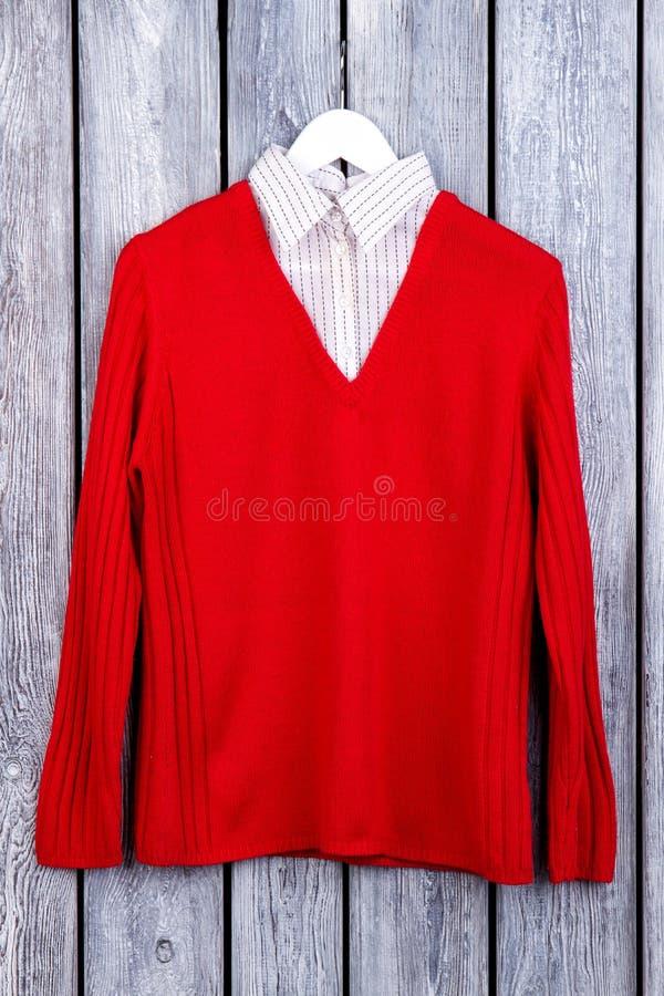 Camicia rossa di disposizione piana in maglione rosso della lana fotografia stock