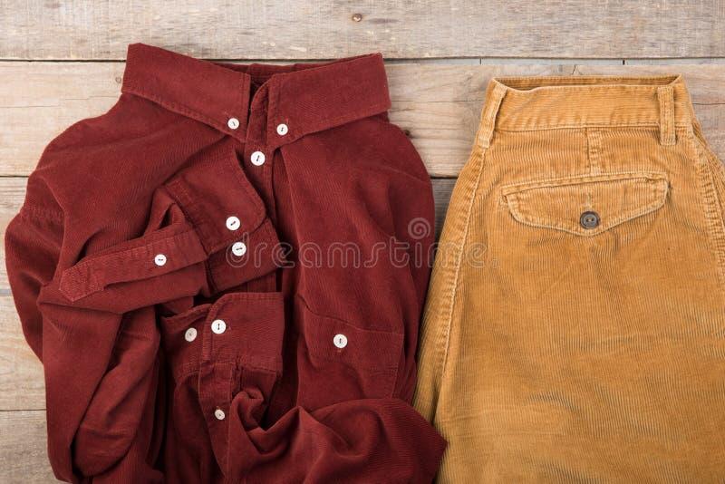 Camicia rosso scuro del velluto di cotone sui precedenti di legno fotografia stock