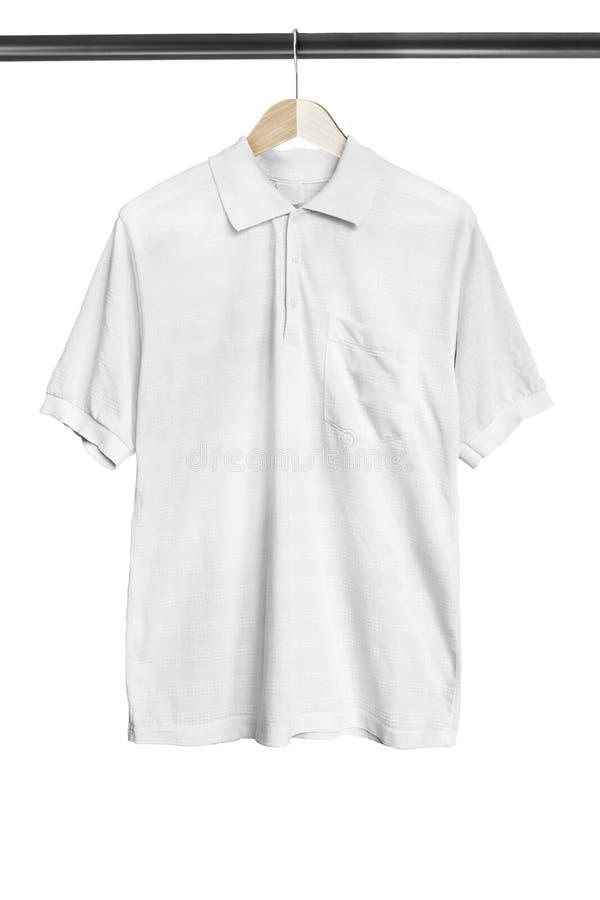 Camicia sullo scaffale dei vestiti immagini stock libere da diritti