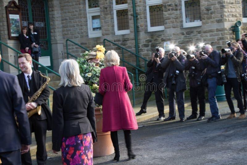 Camilla, duchesse des Cornouailles fait face aux paparazzi tandis que lors d'une visite royale photo libre de droits