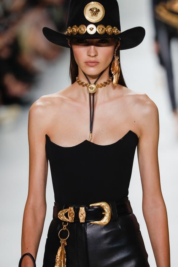 Camille Hurel anda a pista de decolagem na mostra de Versace durante Milan Fashion Week Spring /Summer 2018 imagem de stock