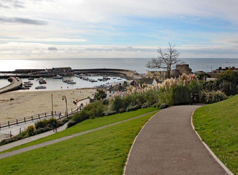 Caminando abajo a través del parque al Cobb en Lyme Regis en Dorset, Inglaterra fotografía de archivo libre de regalías