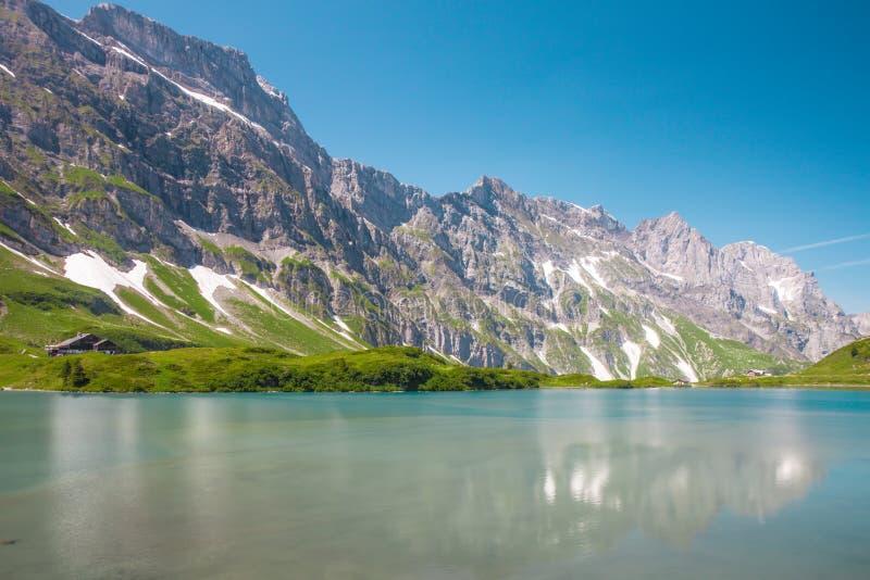 Caminando alrededor del lago Truebsee en las montañas suizas, Engelberg imagen de archivo