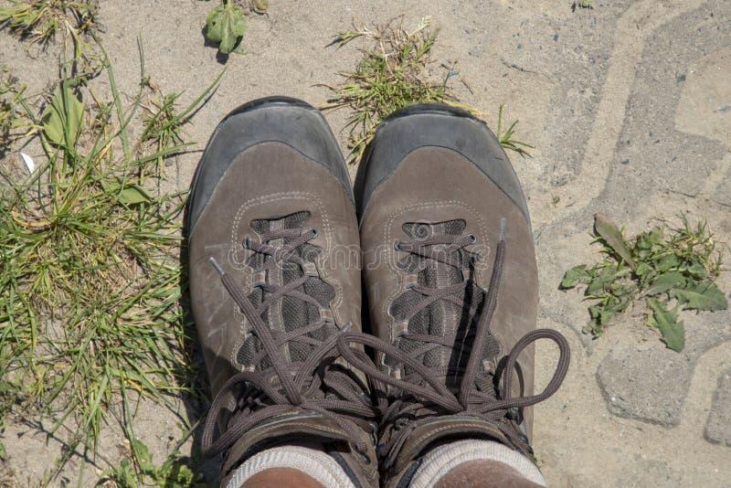Caminando botas desde arriba imagen de archivo