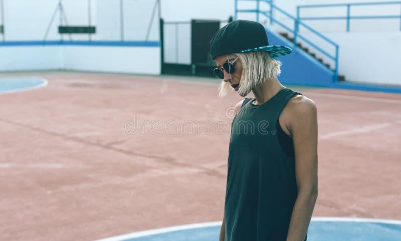 Caminando, campo de fútbol, estilo urbano de la moda de la muchacha fotos de archivo