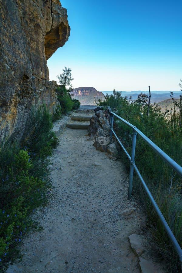 Caminando el paseo del acantilado del Henrio del príncipe, montañas azules parque nacional, Australia 8 imagenes de archivo