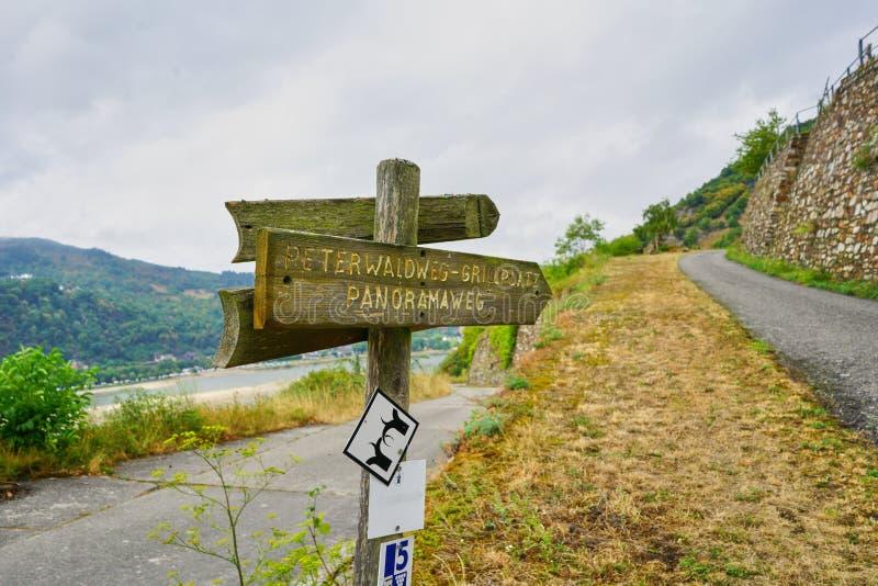 Caminando el poste de la trayectoria y de muestra en la pista de senderismo del río Rhine o el 'Rheinsteig ' foto de archivo libre de regalías