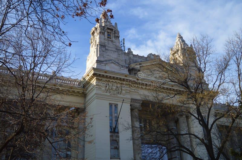 Caminando en Liberty Square en Budapest, Hungría el 29 de diciembre de 2017 imagen de archivo