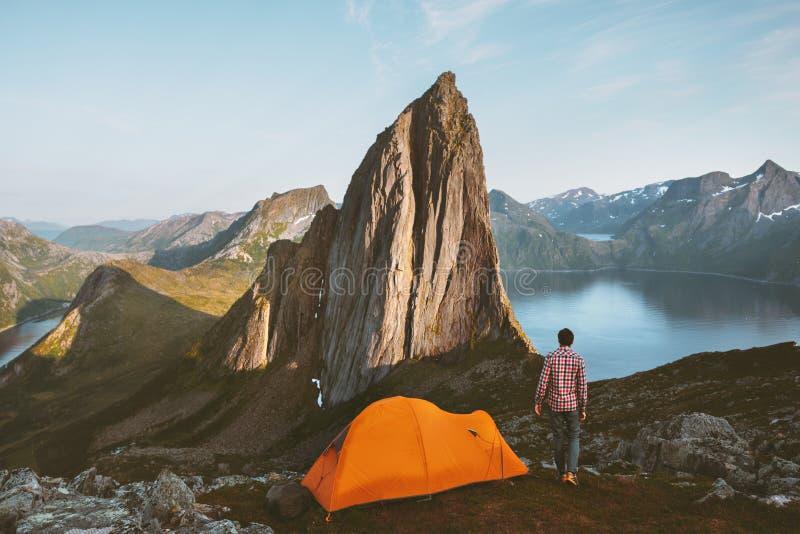 Caminando en montañas hombre con carpa en Noruega viaje aventura fotografía de archivo