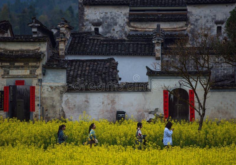 Caminando en pueblo viejo antiguo chino en montaña, en xidi, Anhui, huizhou, China fotografía de archivo libre de regalías