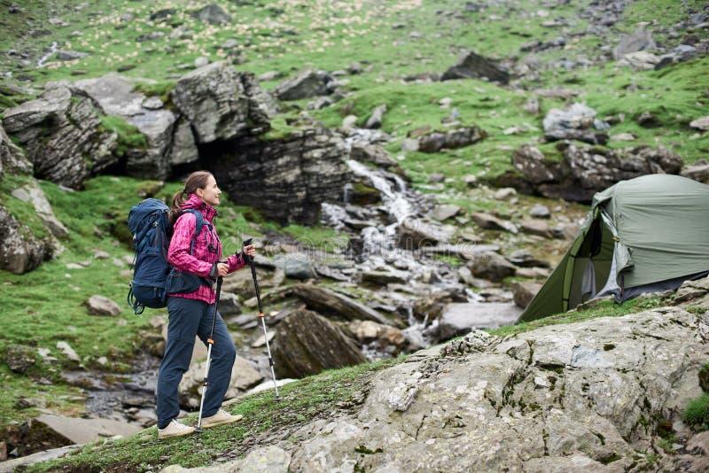 Caminando a la muchacha disfruta de vista del terreno rocoso en las montañas de Fagaras imágenes de archivo libres de regalías