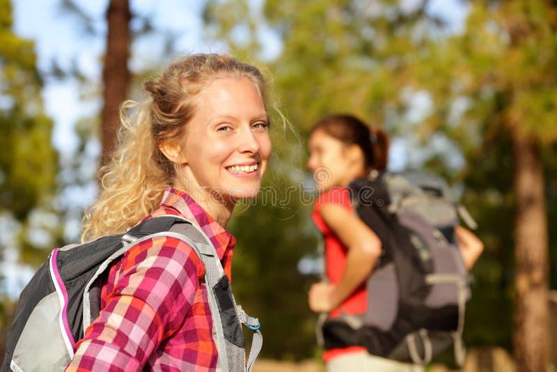 Caminando la sonrisa del retrato de la mujer feliz en bosque imágenes de archivo libres de regalías