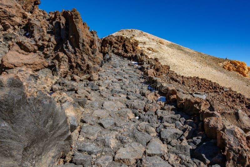 Caminando la trayectoria pavimentó perfectamente encima del volcán de Teide foto de archivo