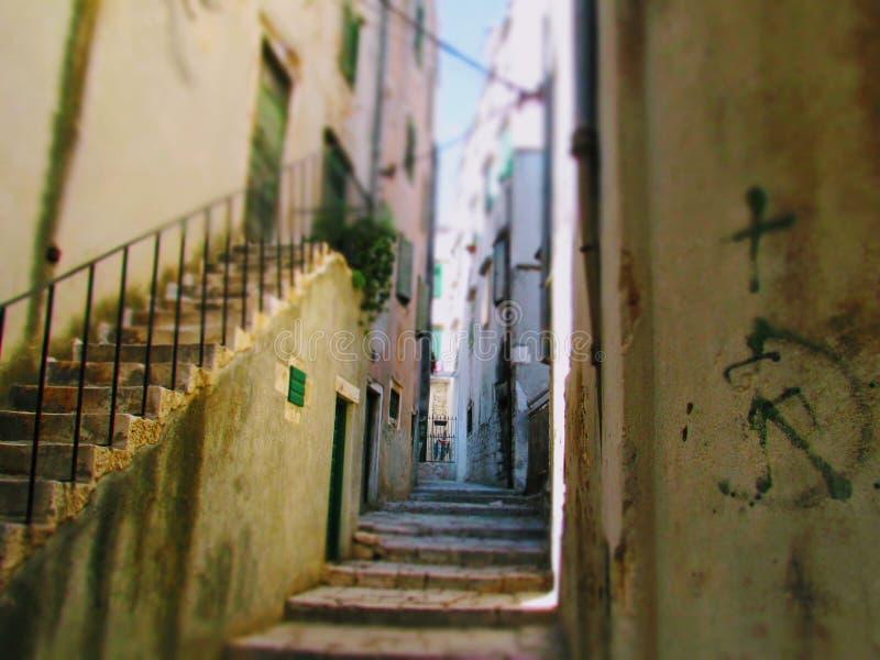 Caminando las calles fotografía de archivo libre de regalías