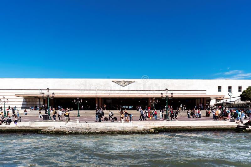 Caminando a lo largo de las calles y de los canales estrechos de Venecia, Italia foto de archivo