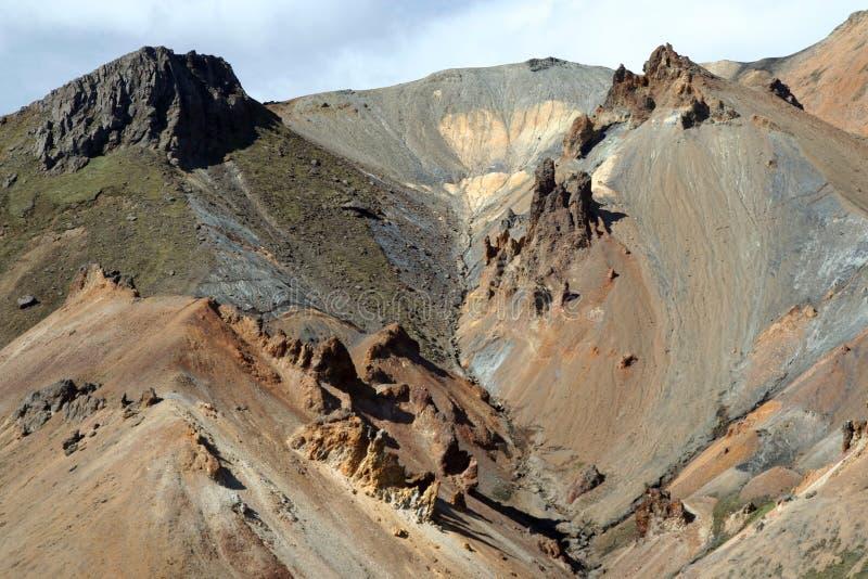 Caminando a lo largo de una formación de roca colorida aguda del bizarr en Landmannalaugar, Islandia imagenes de archivo