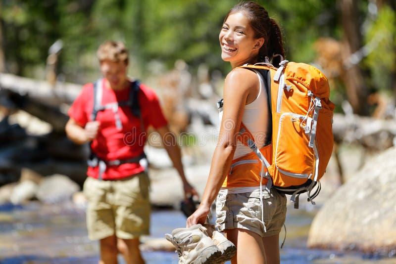 Caminando a los amigos que tienen río de la travesía de la diversión en bosque foto de archivo libre de regalías