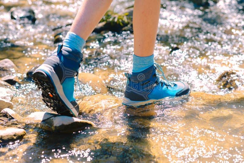Caminando los zapatos - lenguado de las botas y de las piernas del senderismo en un str de la montaña fotos de archivo libres de regalías