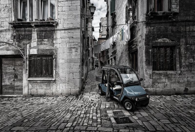 Caminando por las viejas calles de la ciudad croata de Rovinj en auto Croacia Negro y blanco imagen de archivo libre de regalías