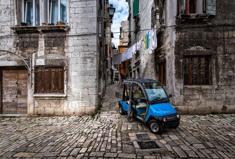 Caminando por las viejas calles de la ciudad croata de Rovinj en un auto azul Croacia imágenes de archivo libres de regalías