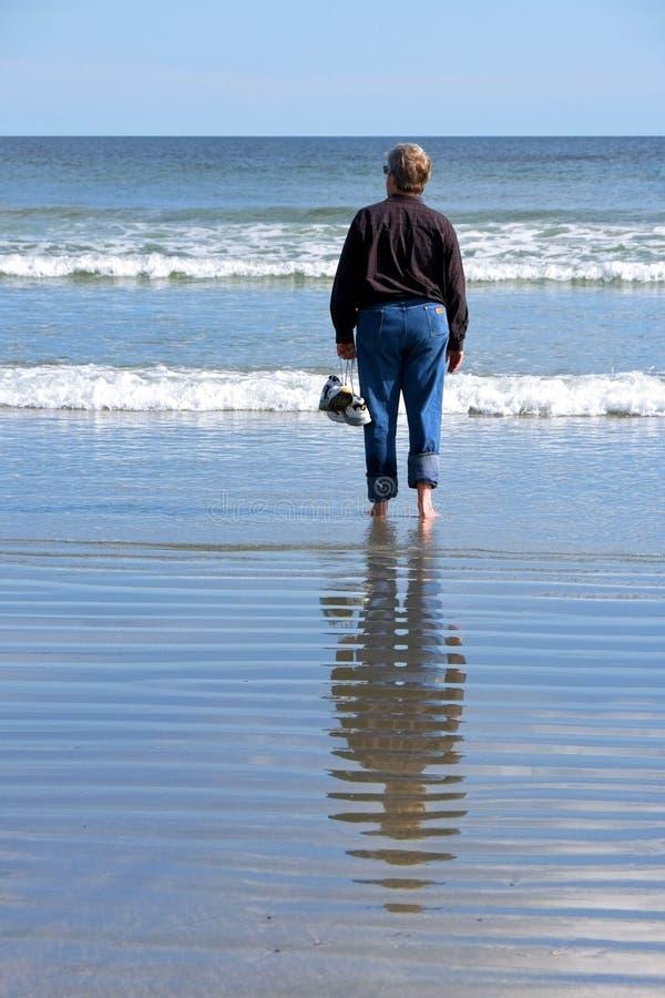 Caminando solo en la playa fotografía de archivo