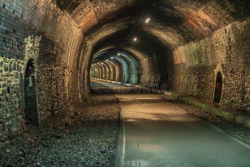 Caminando a través del túnel de la lápida mortuoria, Derbyshire, Inglaterra, Reino Unido foto de archivo libre de regalías