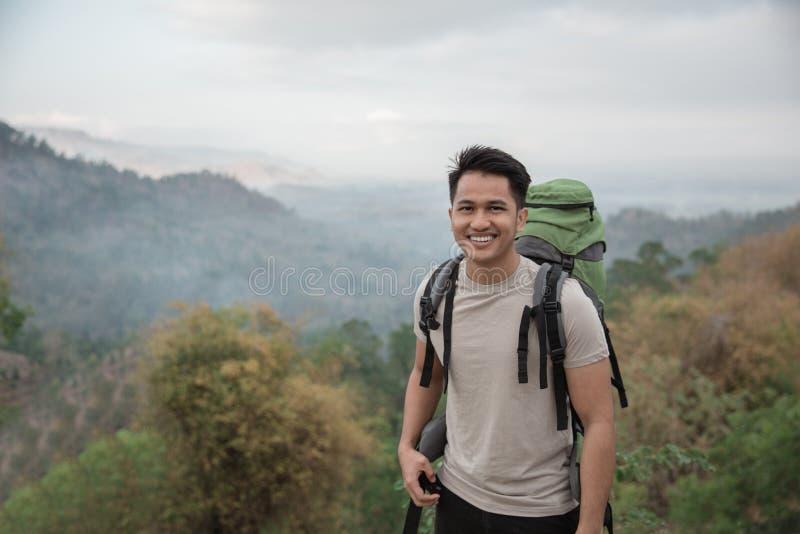 Caminante asiático feliz imagenes de archivo