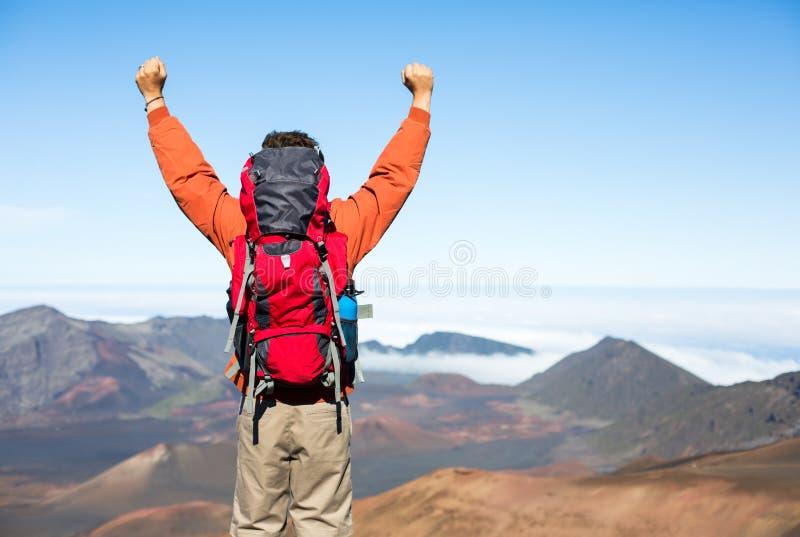 Caminante con la mochila que disfruta de la visión desde el top de una montaña imagen de archivo libre de regalías