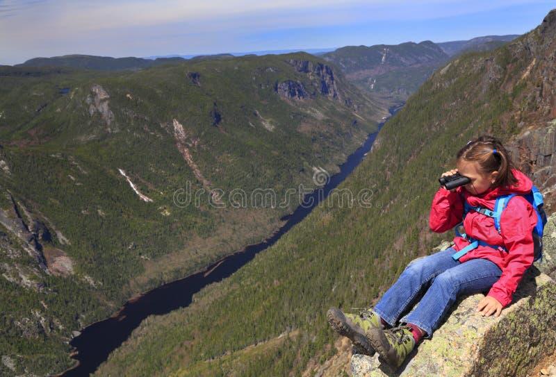 Caminante de la muchacha que admira el paisaje de DES Draveures, Quebec, Canadá de Acropoles fotos de archivo libres de regalías