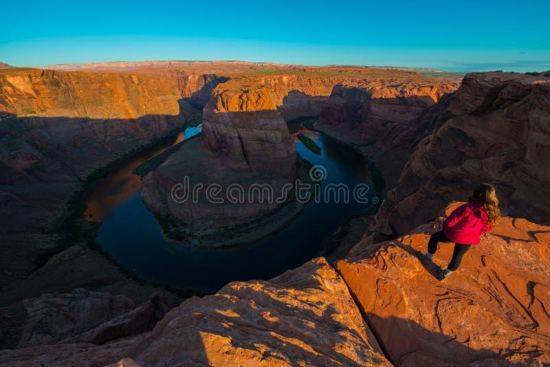 Caminante de la muchacha que se coloca en el borde de la página de herradura Arizona de la curva foto de archivo
