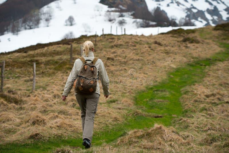 Caminante de la mujer fotografía de archivo