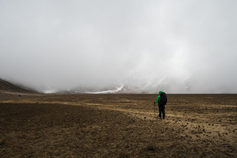 Caminante de la mujer con la mochila que vagabundea en el parque nacional de Tongariro imagen de archivo libre de regalías