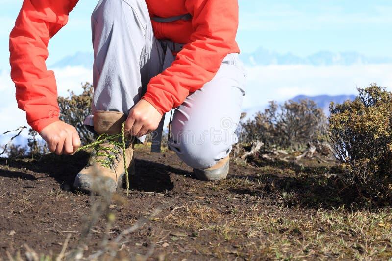 Download Caminante De La Mujer Que Ata El Cordón De Caminar Botas En Pico De Montaña Foto de archivo - Imagen de chino, hiker: 64205144