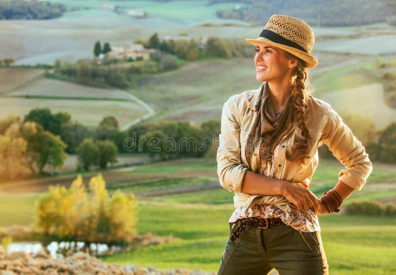 Caminante de la mujer que goza de la igualación en Toscana y de la mirada en distancia foto de archivo libre de regalías