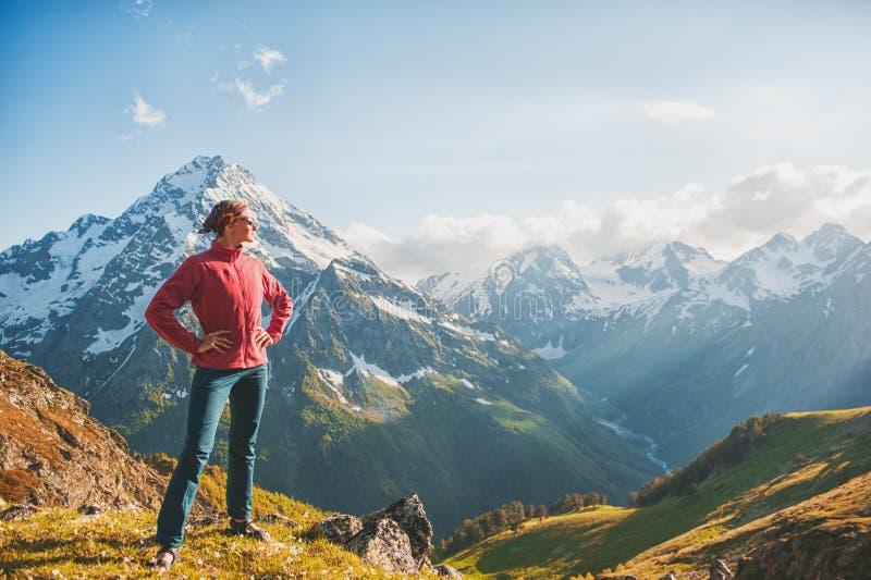Caminante de la mujer que se coloca en el top de la montaña foto de archivo libre de regalías