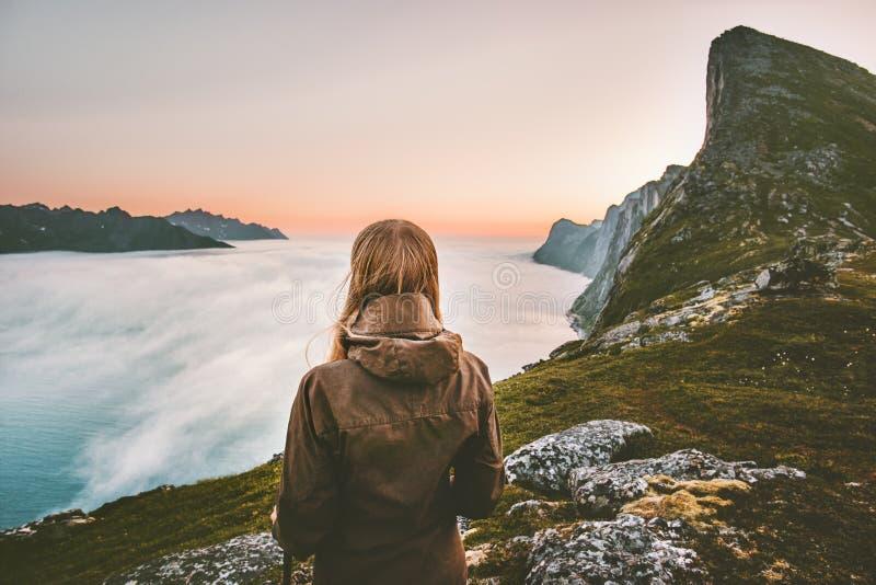 Caminante de la mujer solamente en las montañas de la puesta del sol que disfrutan de la visión fotos de archivo
